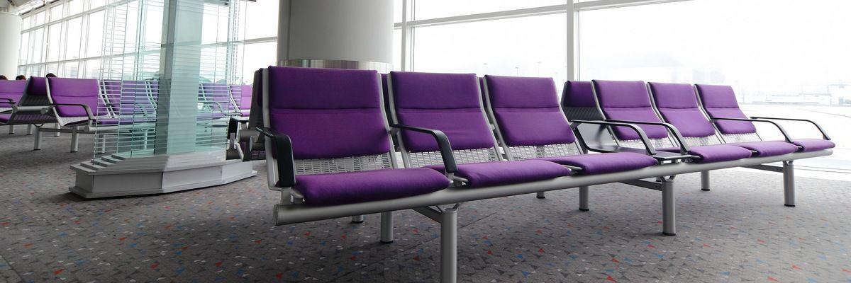 Секционные кресла в оформлении зала ожидания аэропорта