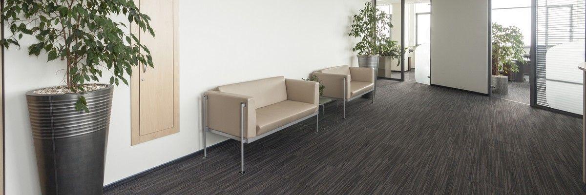 Мягкая мебель в зале ожидания бизнес-центра
